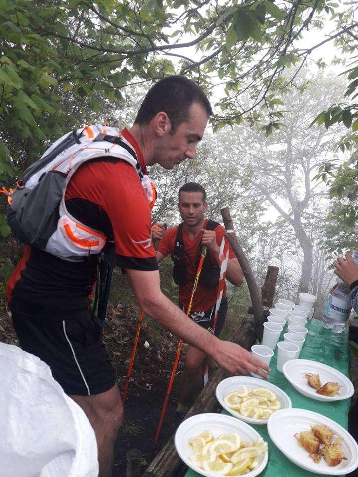 Atleta si disseta al ristoro | Vesuvio Ultra Marathon