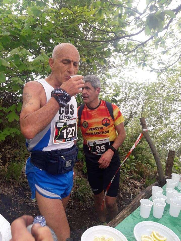 Atleta beve acqua al ristoro | Vesuvio Ultra Marathon